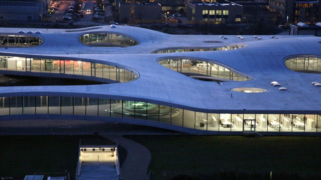 Vue aérienne du Rolex Leraning Center, de nuit