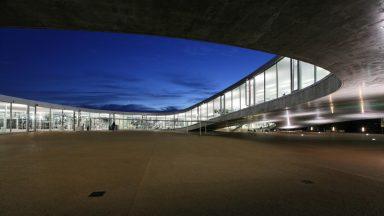 La cour intérieure du Rolex Learning Center, de nuit