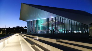 Le SwissTech Convention Center, vu de l'extérieur, de nuit