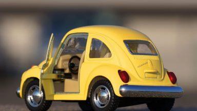 Une petite voiture coccinelle avec une portière ouverte