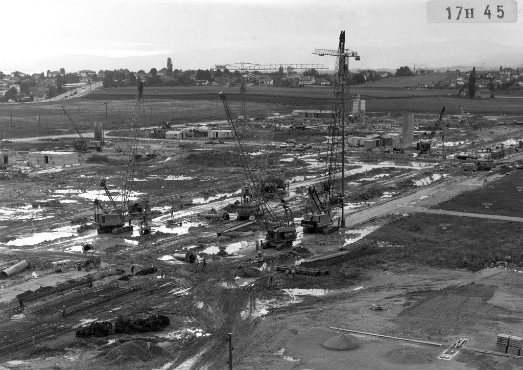 Photo du début du chantier le 1er juillet 1975. L'école s'implante en pleine campagne.