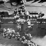 Maquette du projet de 1971 représentant les bâtiments longs à cinq étages posés sur le socle à trois niveaux.