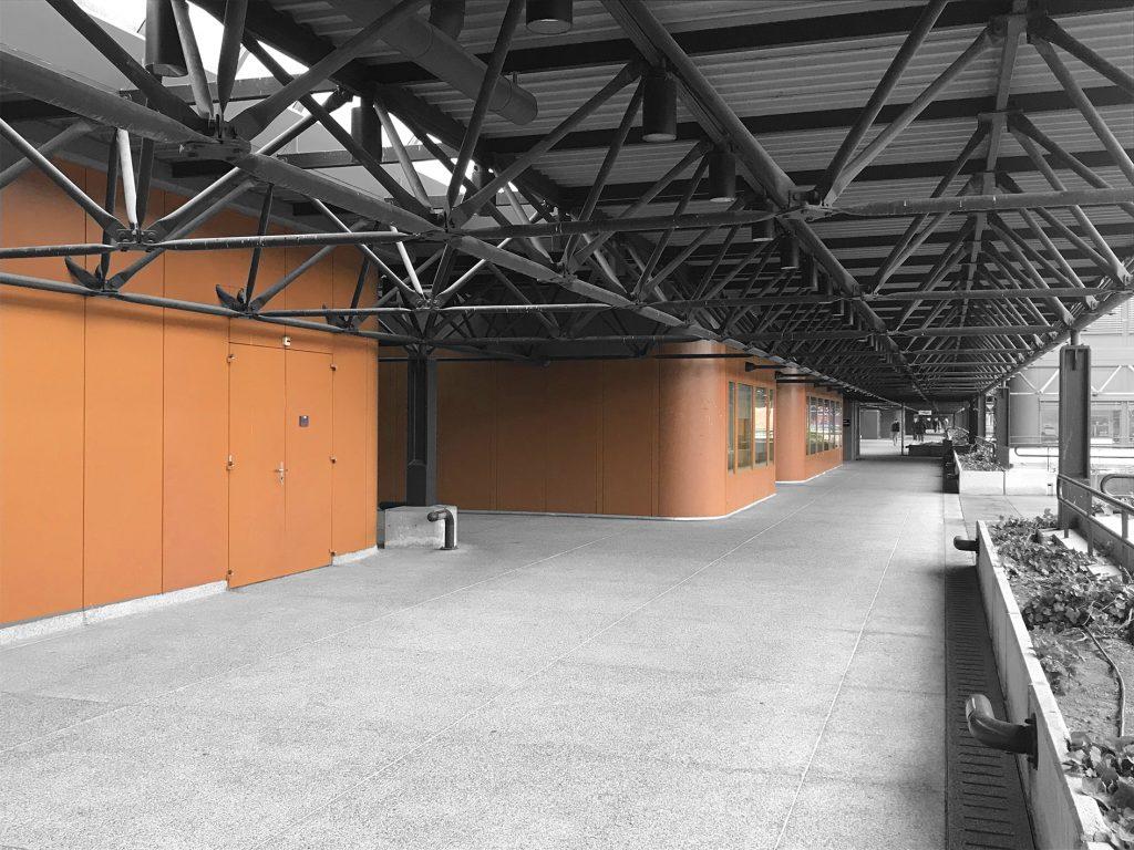 Vue sur les modules bruns de la Faculté de Chimie sur la terrasse grise.