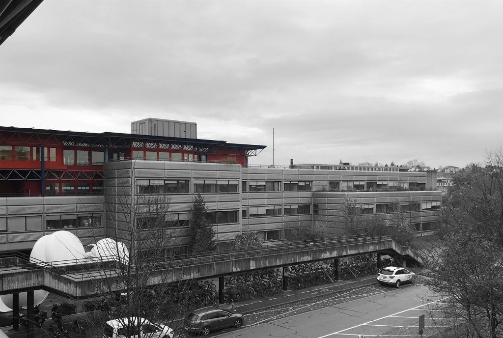Vue sur module rouge de la Faculté de Génie Rural au-dessus du socle gris.