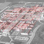 Photographie aérienne en noir et blanc du campus de l'EPFL montrant les bâtiments de la première étape de construction et ses environs, dont le village d'Ecublens et le lac Léman, recouverte d'un quadrillage rouge.