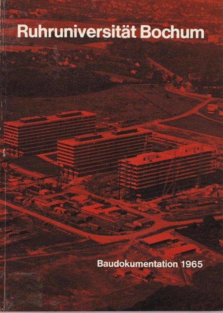 La couverture rouge du livre sur la construction de l'université de Bochum montre trois de ses bâtiments principaux.