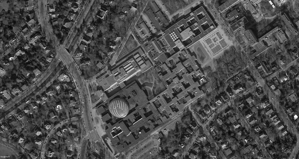 La vue aérienne de la Freie Universität montre la composition des bâtiments percés de cours insérés dans une grille.