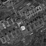 La vue aérienne montre la distribution des bâtiments en deux rangées le long d'un axe longitudinal.