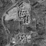 Entouré de forêt, le site se développe selon un plan régi par une trame orthogonale.
