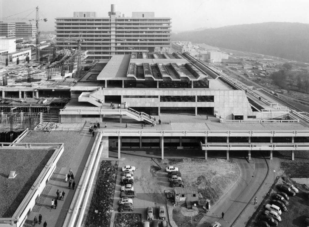 L'image prise depuis l'une des tours de l'université montre les passerelles piétonnes surélevées par rapport à la route et connectées par des escaliers.