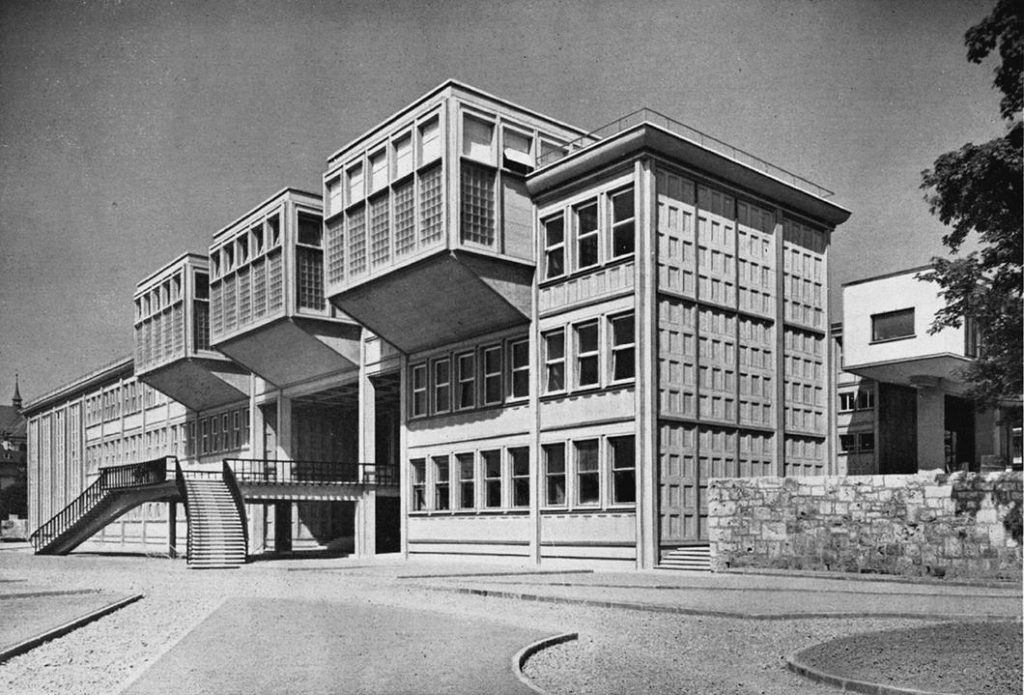 Cette partie de l'université de Fribourg fut construite en 1941, en béton apparent.