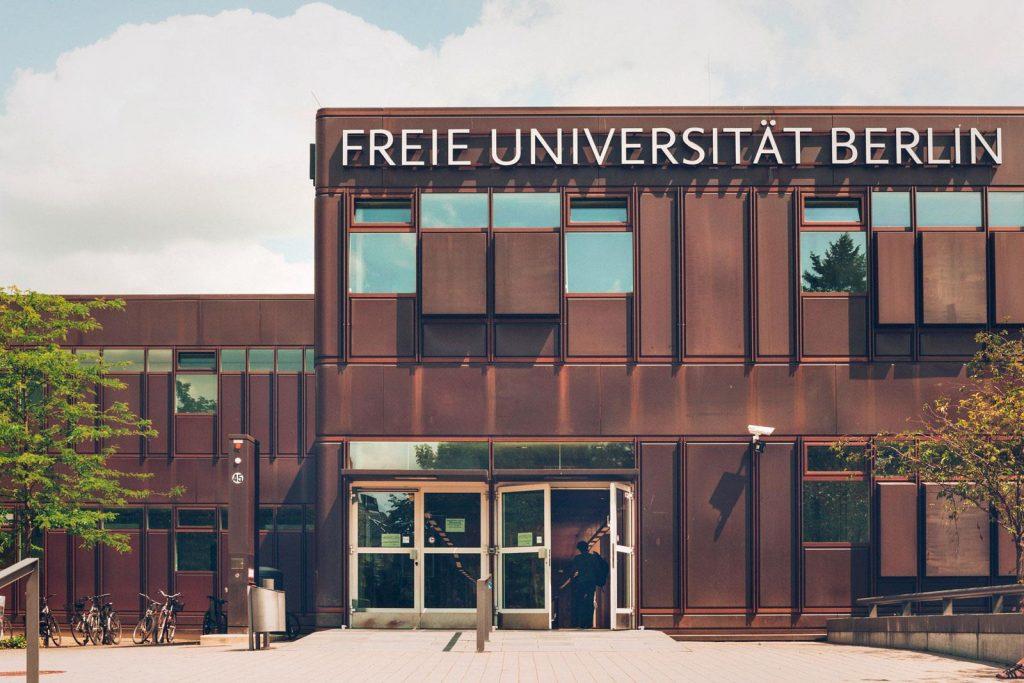 Façade du bâtiment principal de la Freie Universität de Berlin recouverte de panneaux métalliques à l'aspect rouillés, arrondis aux angles.