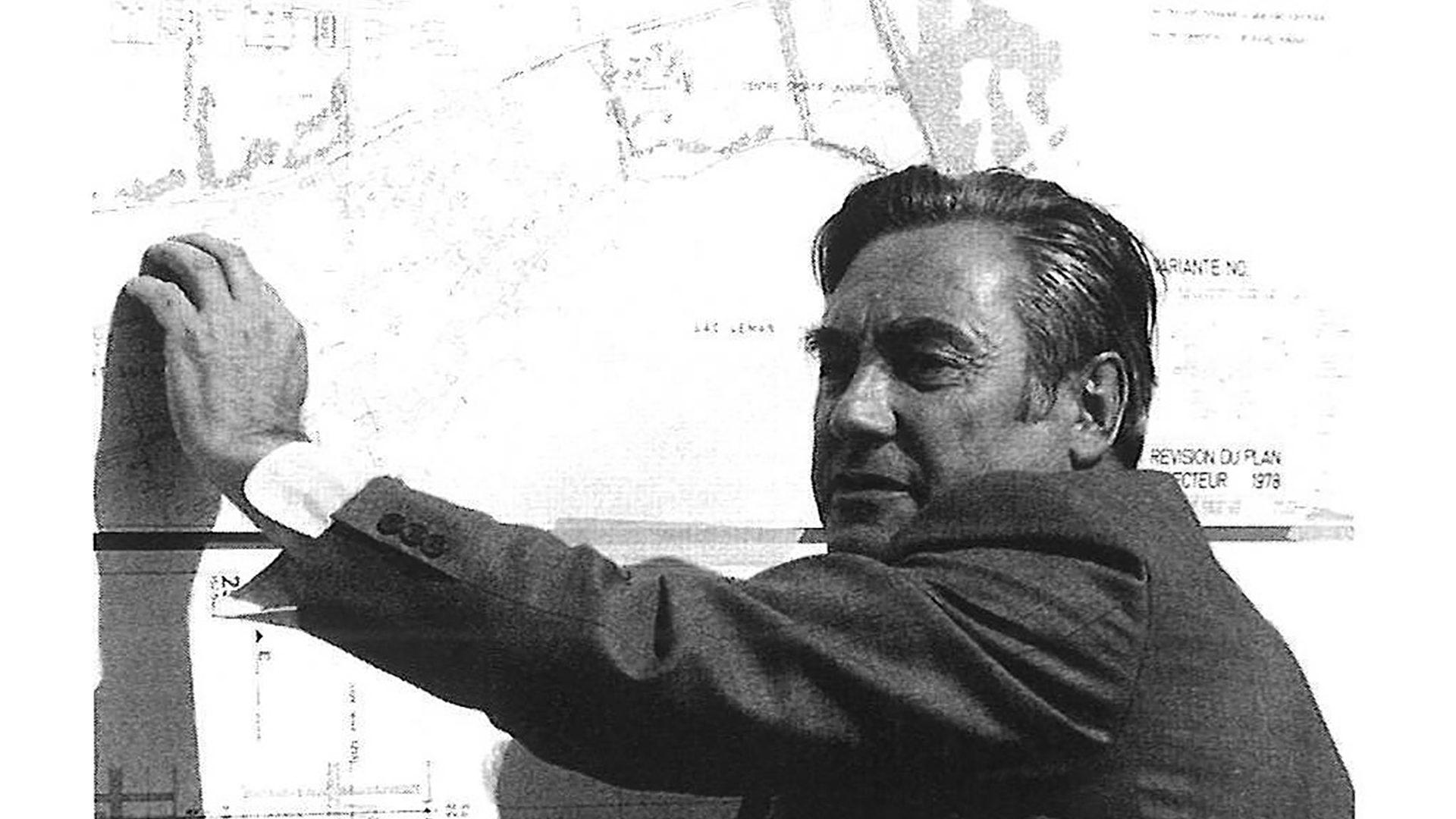Jakob Zweifel devant le plan directeur de l'Ecole polytechnique fédérale de Lausanne, 1978.