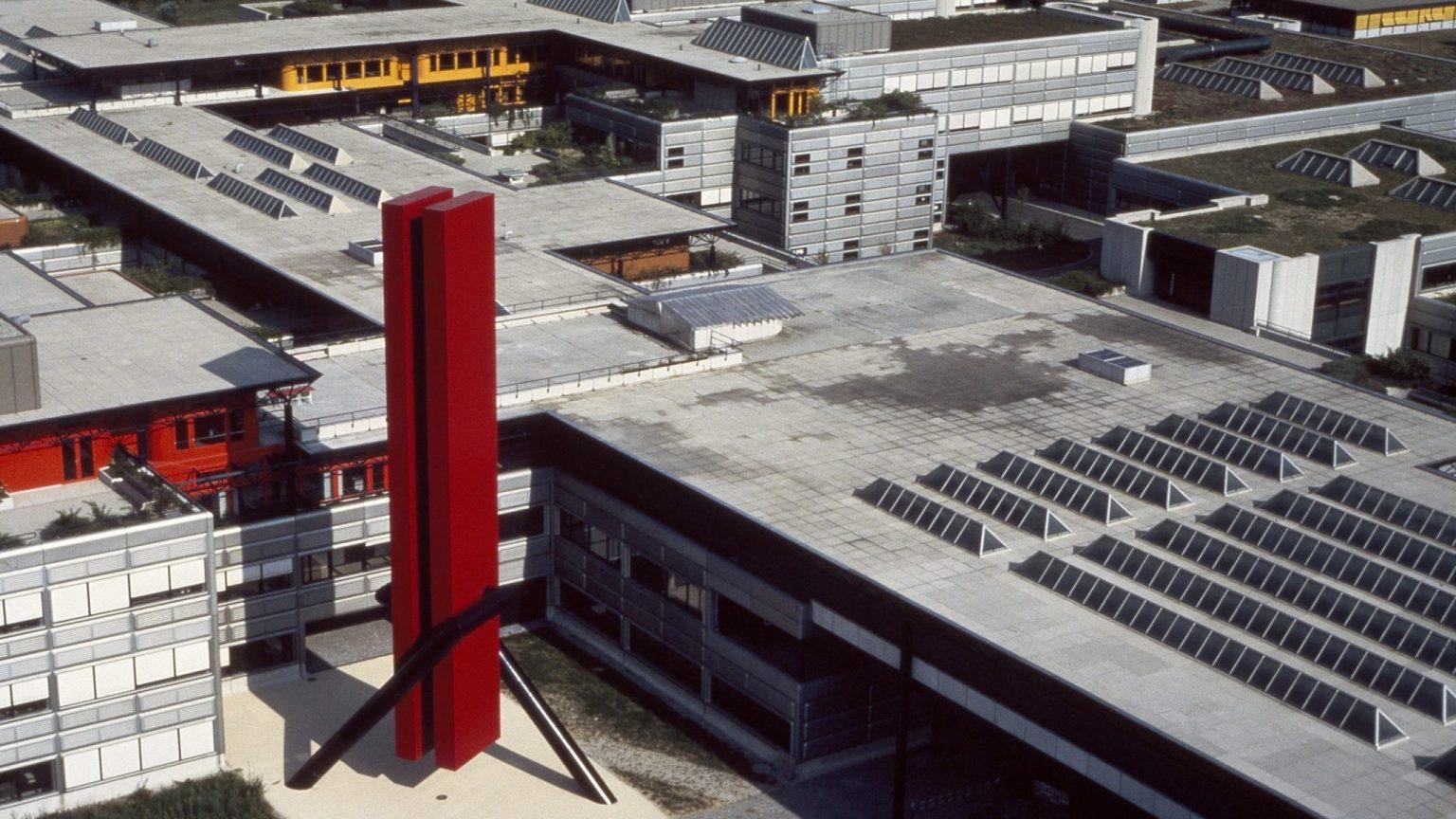 André Nallet, Jocky 27, aluminium et acier, 1979 (ACV, PP 642/85 © Christophe Foetisch) Marquant la porte d'entrée historique de l'EPFL, Jocky 27 domine les bâtiments qui l'entourent et surplombe le campus.