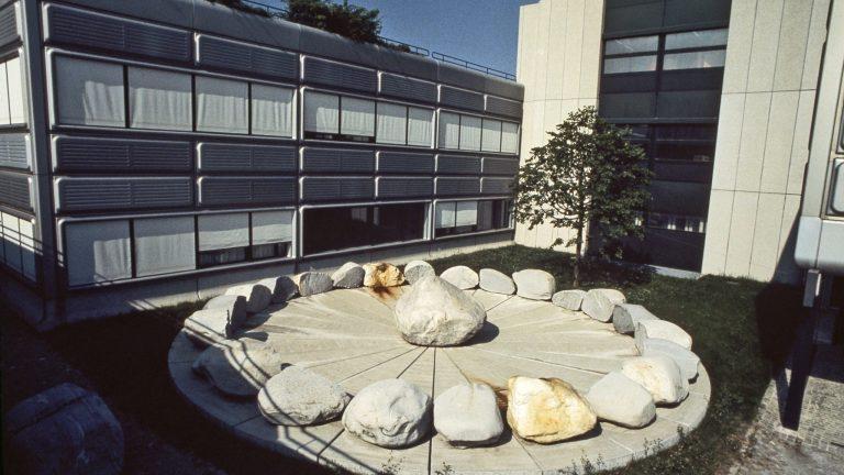 Vue aérienne de la sculpture Jocky 27, qui domine les bâtiments et surplombe le campus.