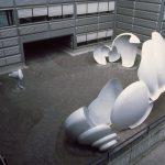 Photographie en plongée de la sculpture Echodrome de Gillian White et Albert Siegenthaler composée de coques en métal blanc.