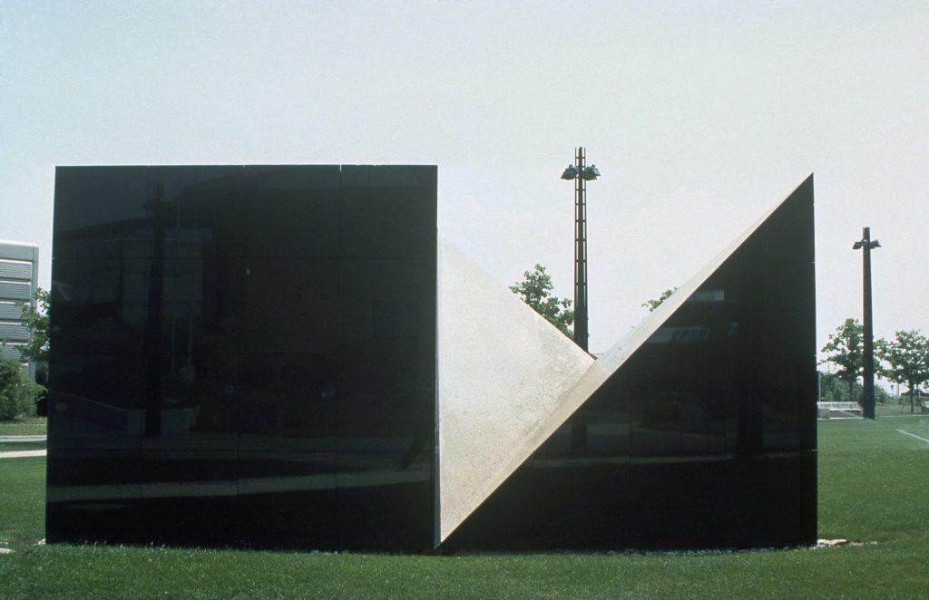 Photographie latérale de la sculpture Élément Noir d'Owsky Kobalt.