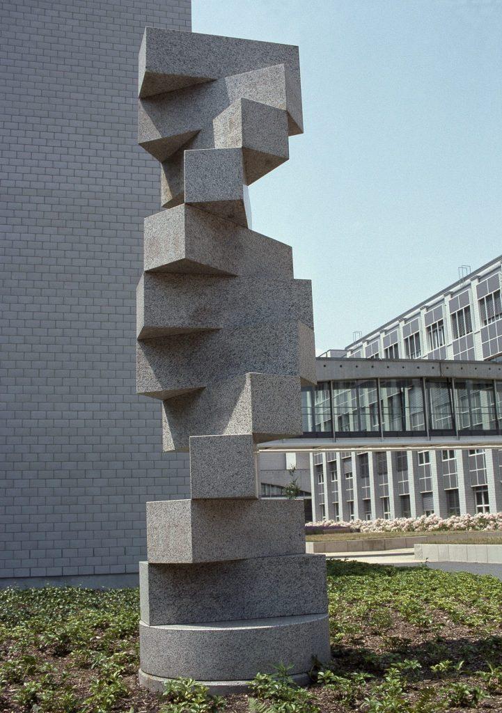 Photographie de la sculpture en granite de Sardaigne de Max Bill, Escalier sans fin.