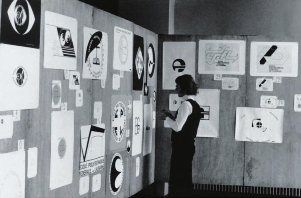Panneaux d'exposition présentant de nombreuses propositions de logo lors du concours de 1973.