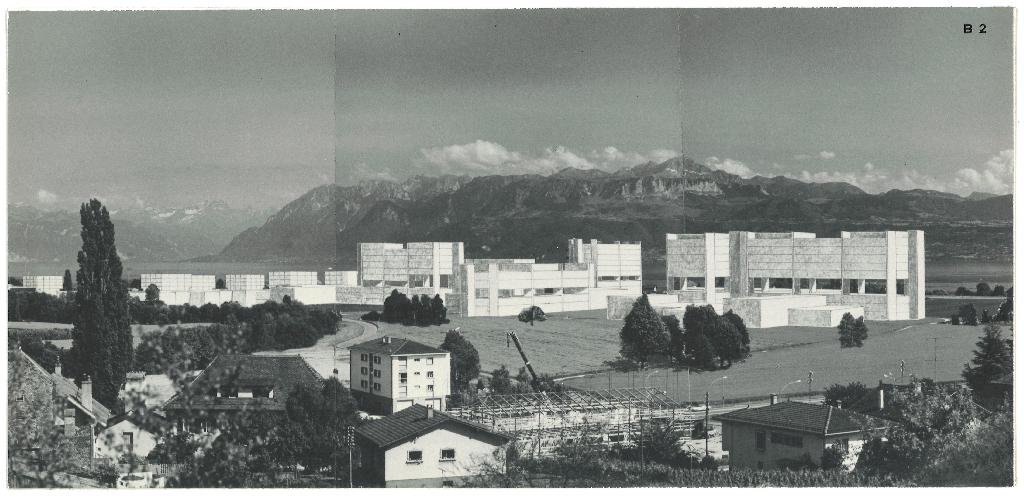 Le volume du projet de 1971 pour la nouvelle EPFL est vu depuis les hauteurs d'Ecublens. Il est représenté en blanc et contraste avec les Alpes en arrière-plan.