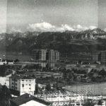 Le volume du projet de 1973 pour la nouvelle EPFL est vu depuis les hauteurs d'Ecublens. Il est représenté dans des tons foncés et se fond dans le paysage.