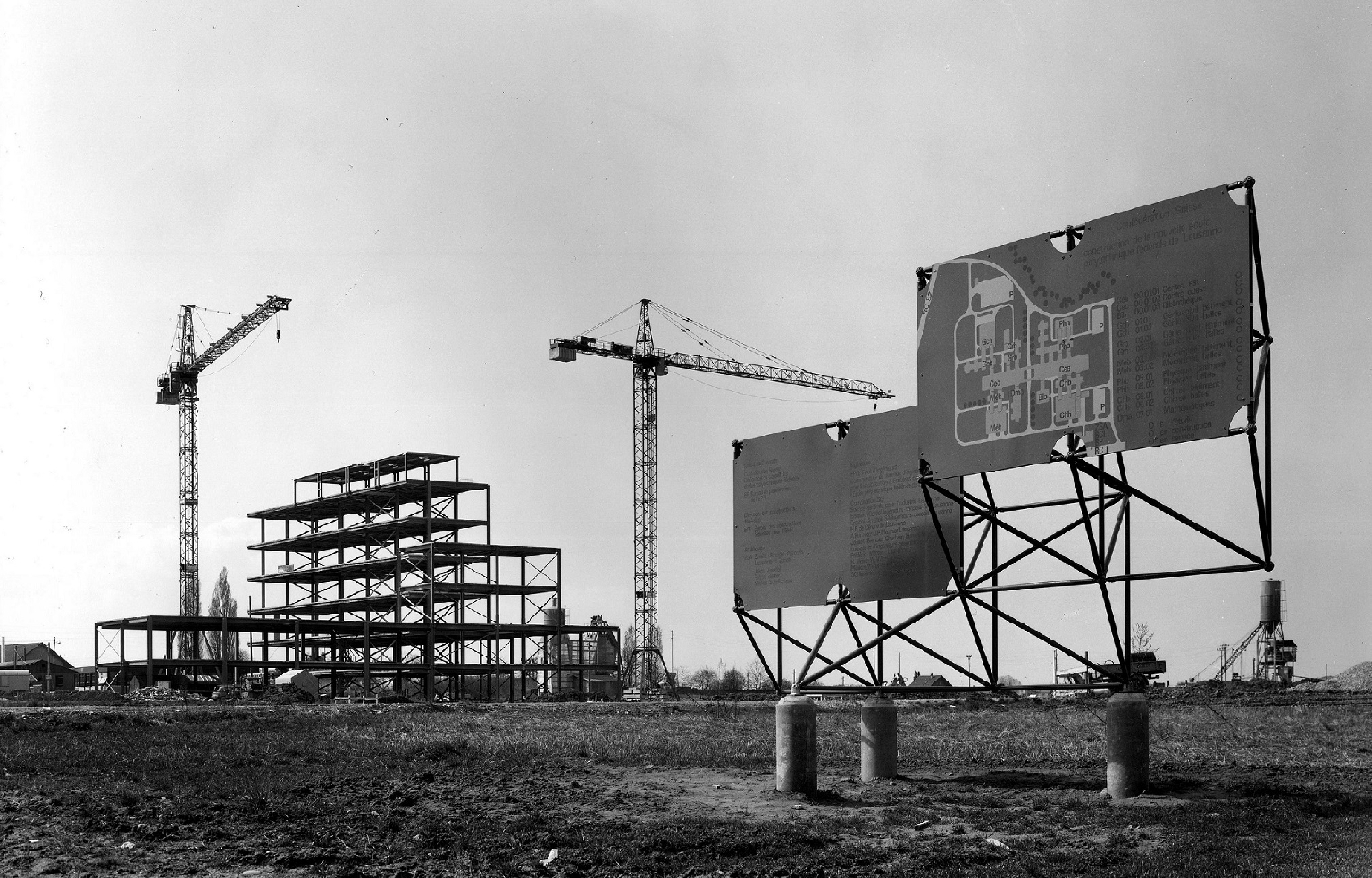 Le chantier des halles de chimie, EPFL, avril 1975 (Médiathèque EPFL, photo Henri Germond, CC/ACM)