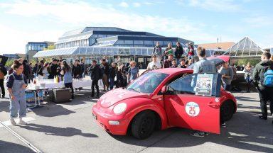 Une voiture sur l'Esplanade, afin de promouvoir le covoiturage