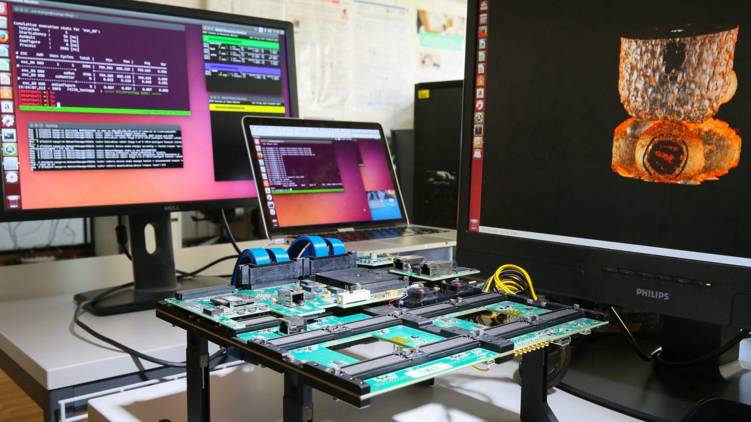 Trois écrans du laboratoire ESL connectés à une carte-mère