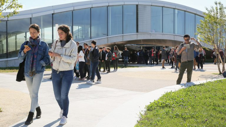 Students in front of the Rolex Learning Centre at EPFL