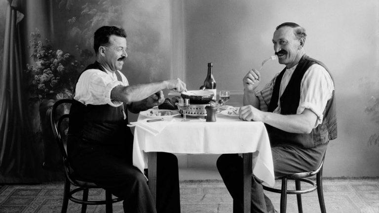 La fondue au studio pour une nouvelle promotion, 1933 © Glasson/Musee gruerien, Bulle, 1933
