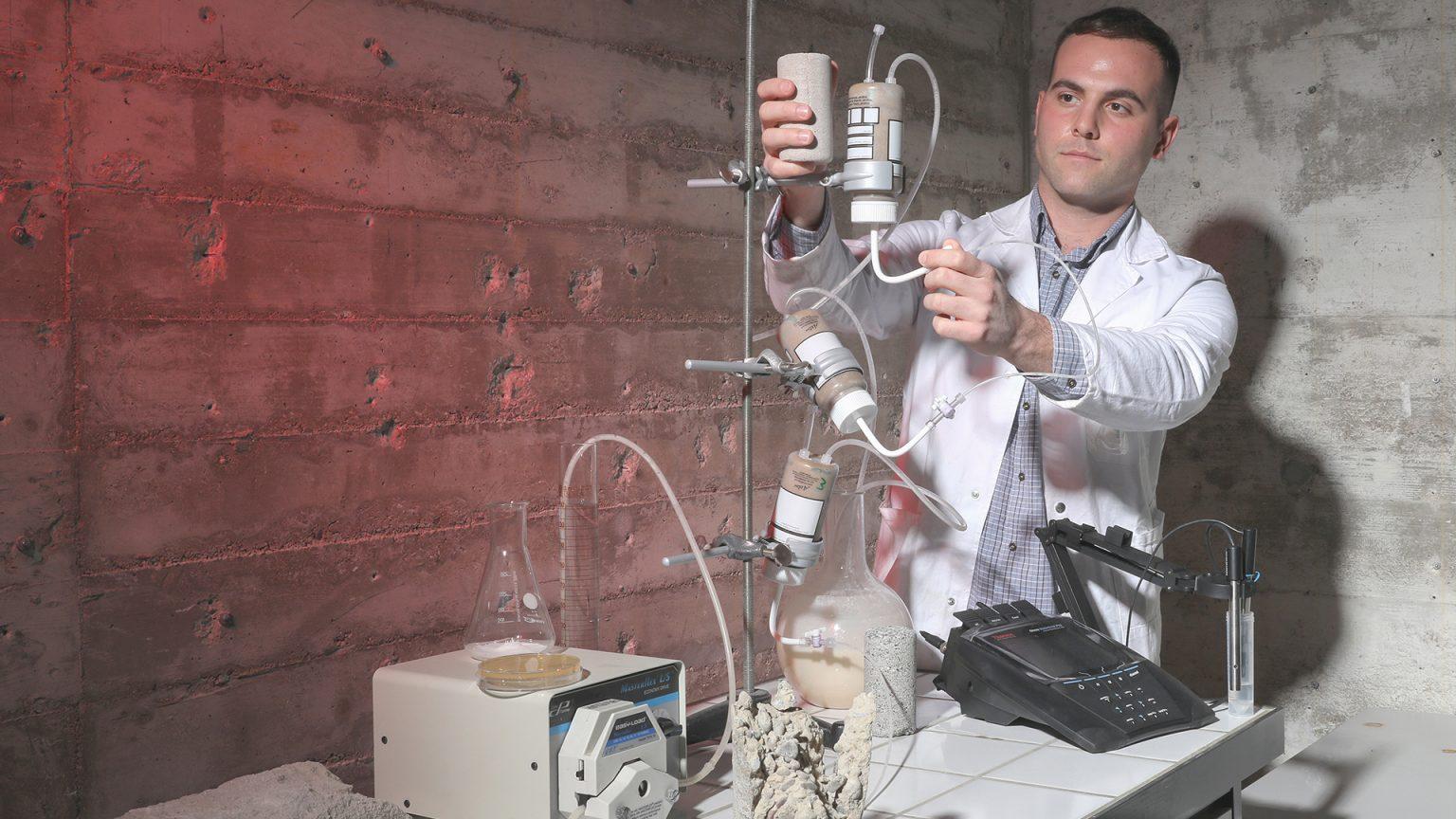 Afin de renforcer des sols de sable ou de gravier, le Laboratoire de mécanique des sols de l'EPFL a mis au point une technique aisément reproductible à base de bactéries et d'urée. Des réactions chimiques engendrent la formation rapide de cristaux minéraux qui agissent comme des liants entre les particules du sol. Dimitrios Terzis © Alain Herzog