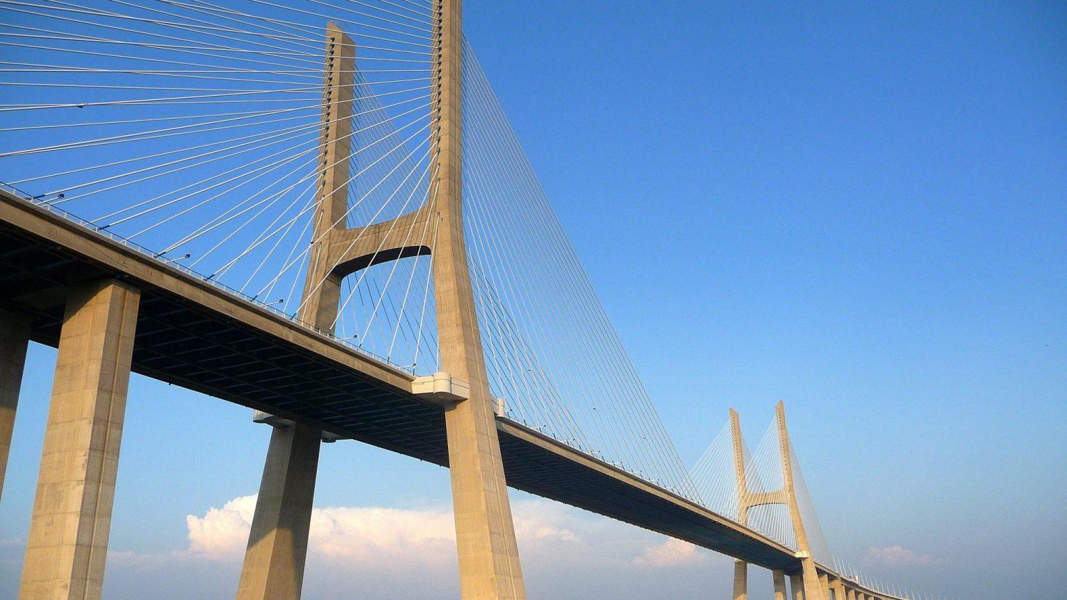 Vue de dessous du pont Vasco da Gama à Lisbonne au Portugal sous un ciel bleu