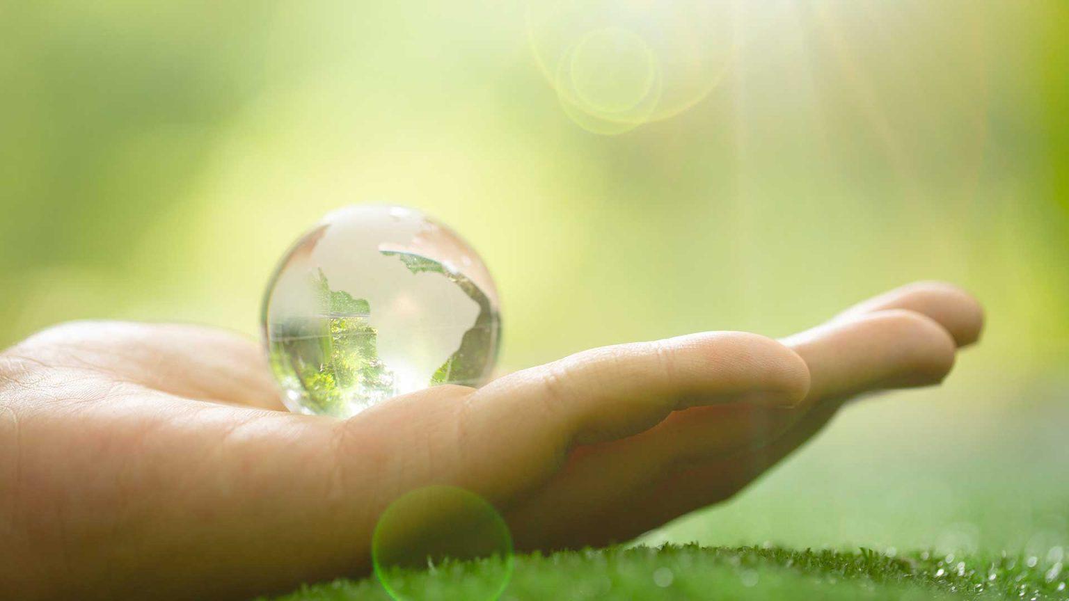 Globe dans une main