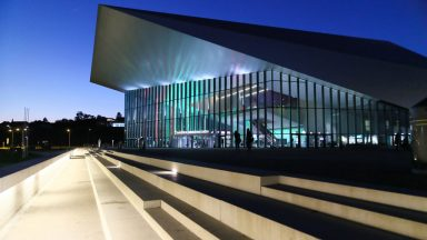 Bâtiment SwissTech Convention Center de nuit