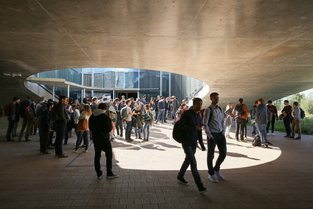 Etudiants sous le Rolex Learning Center EPFL