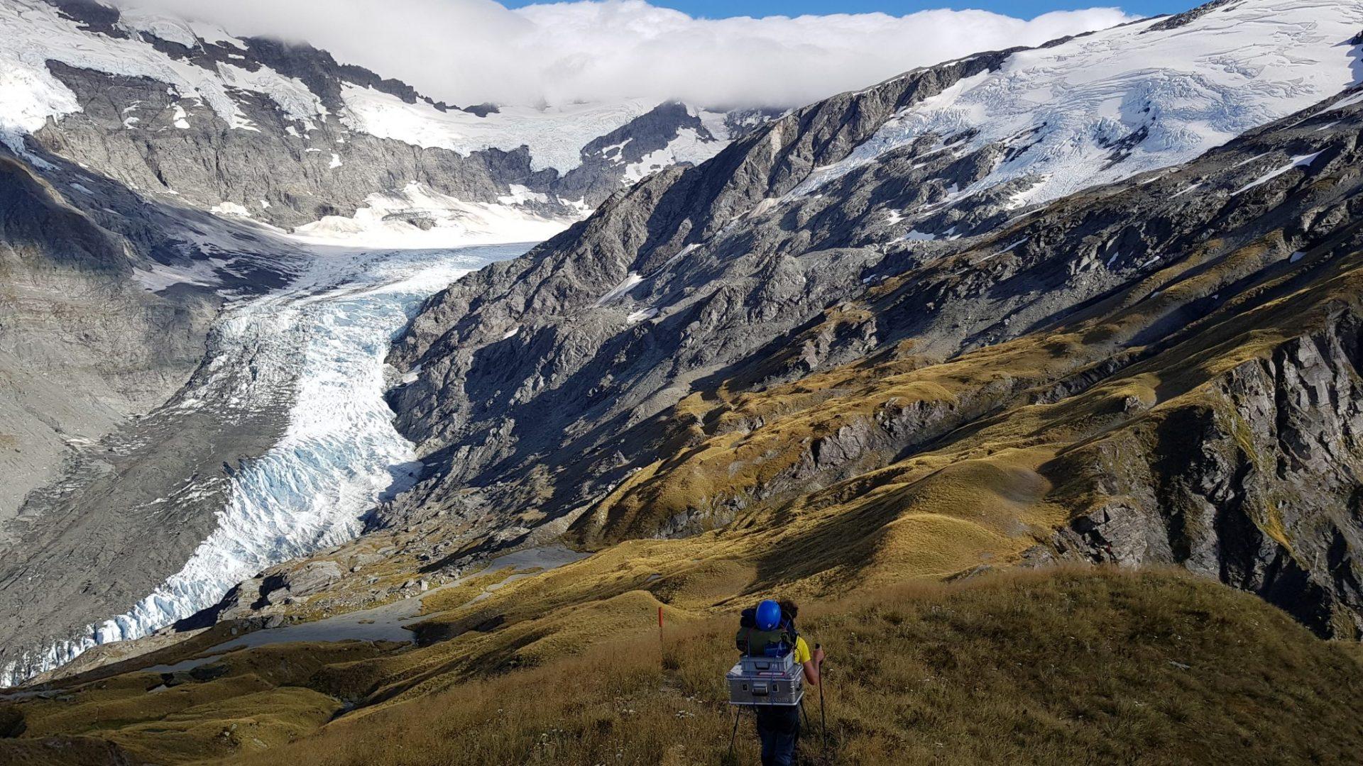 L'équipe de terrain grimpe vers le glacier Dart près de Wanaka en Nouvelle-Zélande © Laboratoire SBER/EPFL
